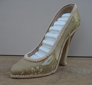Schoen voor ringen hoog model goud/beige  per stuk