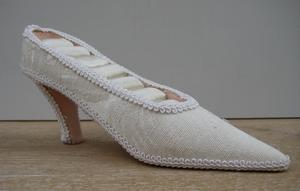 Schoen voor ringen laag model creme  per stuk