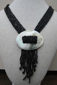 Ketting zwarte kralen met parelmoer schelp  per stuk