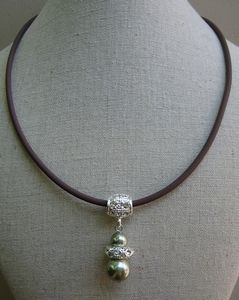 Ketting bruin rubber met groene parel en strass hanger  per stuk