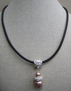 Ketting zwart rubber met oud roze parel en strass hanger  per stuk