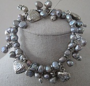 Armband grijs zoetwaterparels met bedels  per stuk