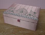 Sieradendoos Rose/Zilver, zijde geborduurd met kralen per stuk